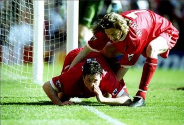 """В 1999 году нападающий """"Ливерпуля"""" Робби Фаулер  решил отметить свой гол в мерсисайдском дерби в ворота """"Эвертона"""" весьма своеобразным образом: стоя на коленях он изобразил, будто вдыхает белую полосу разметки поля, импровизируя кокаиновую дорожку."""