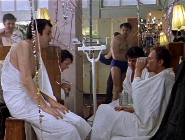 """Знаменитую сцену в бане, куда друзья пошли перед Новым годом, снимали после первомайских праздников. Под лестницей в одном из коридоров """"Мосфильма"""" установили банные скамейки и весы."""