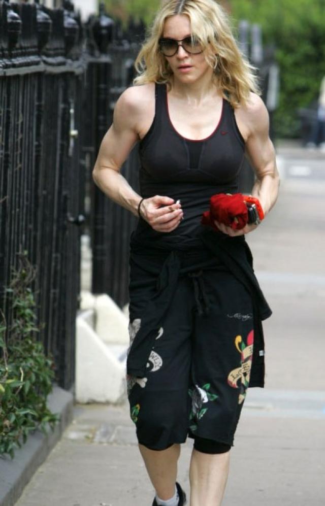 Мадонна начинает занятия с кардио-тренировок (это может быть бег или танцы), а затем делает растяжку и силовые упражнения.