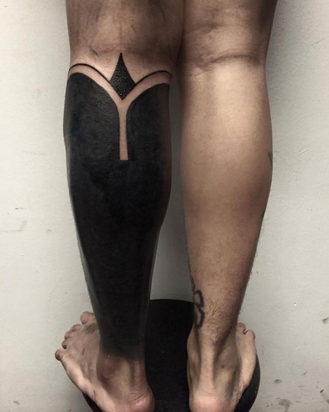 Такой стиль в татуировке получил название блэкворк (blackwork), работы делаются на большой площади и при их создании используется сплошной черный цвет.
