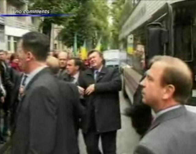В 2004 году Виктор Янукович как кандидат в президенты Украины решил посетить с визитом Ивано-Франковск. Визит выдался незабываемым - его там встретили без особой радости, да еще и студент Дмитрий Романюк бросил в него яйцо.