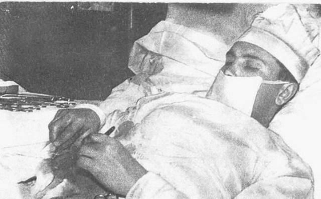 Рогозин работал без перчаток, так как понимал, что придется на ощупь искать аппендикс. В лежачем положении, с полунаклоном на левый бок, врач новокаином провел местную анестезию, после чего скальпелем сделал себе 12-сантиметровый разрез.