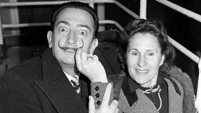 ...Сальвадор Дали мог навещать жену, только получив предварительно разрешение на визит. Зато Гала сама подбирала ему любовниц, среди которых оказалась и известная певица Аманда Лир.