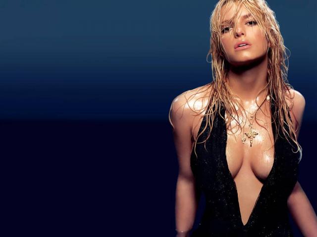 """Джессика Симпсон 2004 Восхождение девушки к славе началось с участия в шоу """"Бухта Доусона"""" в 1999 году. Симпсон выпустила семь студийных альбомов и снялась в десятках телевизионных шоу."""