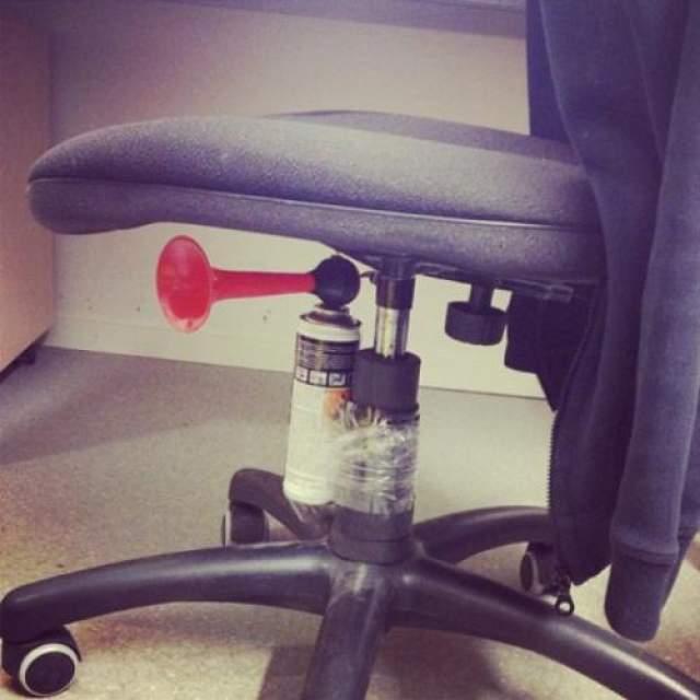 Оригинальный способ испугать коллегу