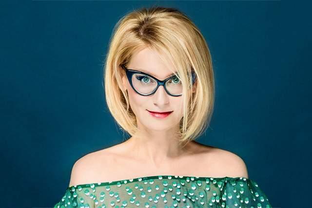 Эвелина Хромченко, 47 лет. Зритель привык к тому, что отечественная икона стиля неизменно окрашена в блонд и ходит в очках стандартно в модной оправе. Но так было не всегда.