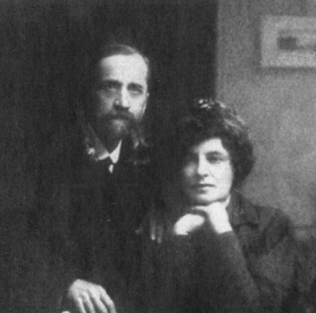 Мучаясь вопросами собственного влечения к женщинам, Зинаида выходит замуж за писателя и философа Д.С.Мережковского. При этом поэтесса демонстративно носит длинную косу, которая символизировала девичью нетронутость.
