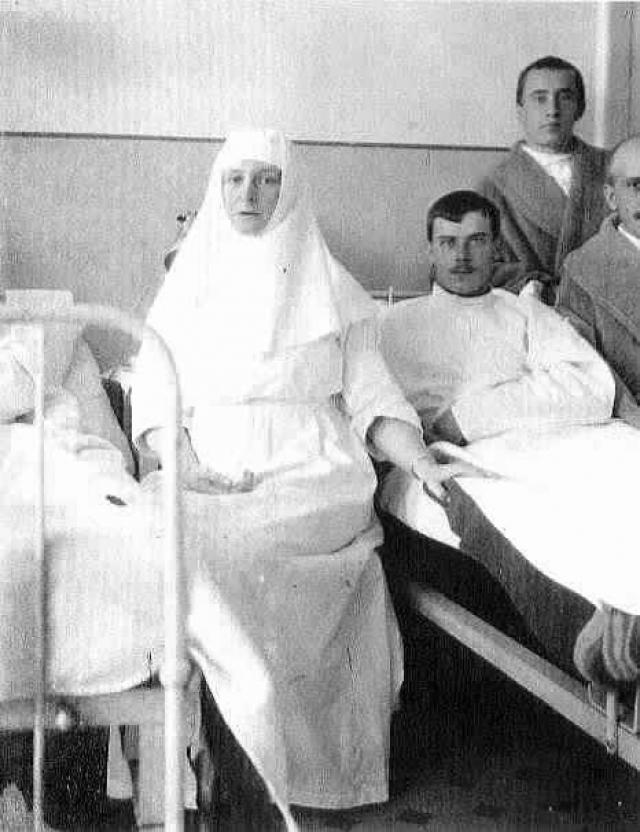 Александра Федоровна во время войны и вовсе закончила курсы сестер милосердия и вместе с дочерьми работала санитаркой в госпитале.