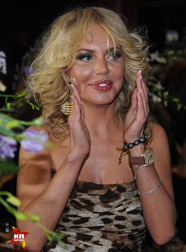 """Маша Малиновская объявила о том, что станет женой владельца компании по продаже недвижимости Евгения Морозова летом 2007 года, и хотя жених и презентовал телеведущей новый """"Mercedes SLK"""", свадьба была отменена."""