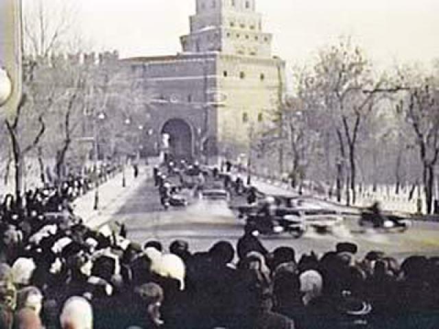 Когда в 14:15 в Боровицкие ворота Кремля стал въезжать кортеж с космонавтами, раздались выстрелы.