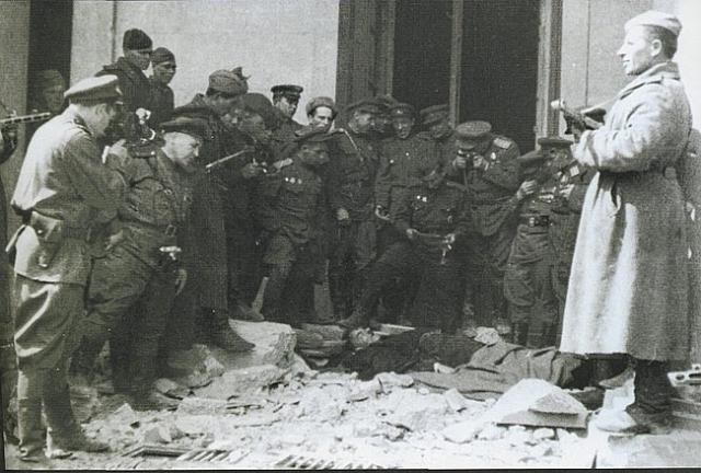 Вопрос о том, был ли доставленный в морг человек, действительно Гитлером, до сих пор волнует исследователей.