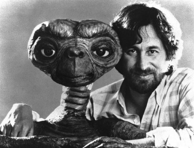 Сценарист, режиссер, продюсер Стивен Спилберг называет своим главным хобби пришельцев. Он собирает различные истории про инопланетян.