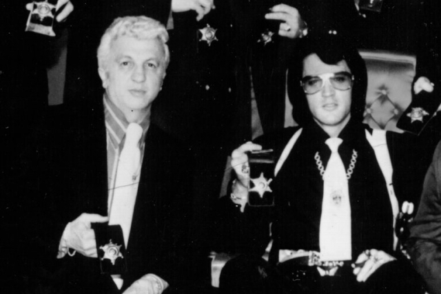 """Элвис Пресли. Музыкант скончался из-за злоупотребления медикаментами в возрасте 42 лет. До этого пристрастие ко множеству препаратов существенно подорвало здоровье """"короля рок-н-ролла""""."""