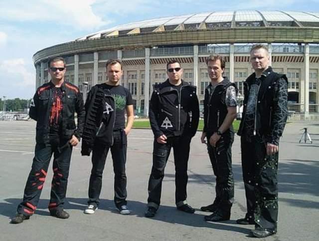 """Имидж и звучание группы в начале 1990-х годов: """"кованные куртки, прически, монохромная синтетика, бестрастно-романтический голос"""" - давали повод для сравнения """"Технологии"""" с британским коллективом Depeche Mode, который пользовался большой популярностью на территории СССР. Однако, по словам Величковского, их похожесть была обусловлена законами стиля, и сами музыканты не копировали Depeche Mode."""