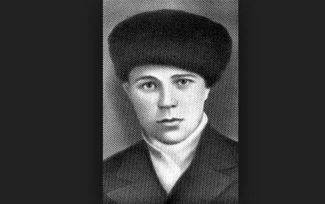 """Саша Филиппов. В отряде юношу звали """"школьник"""". Невысокий, подвижный, находчивый Саша свободно ходил по оккупированному городу, а маскировкой ему служили инструменты сапожника."""