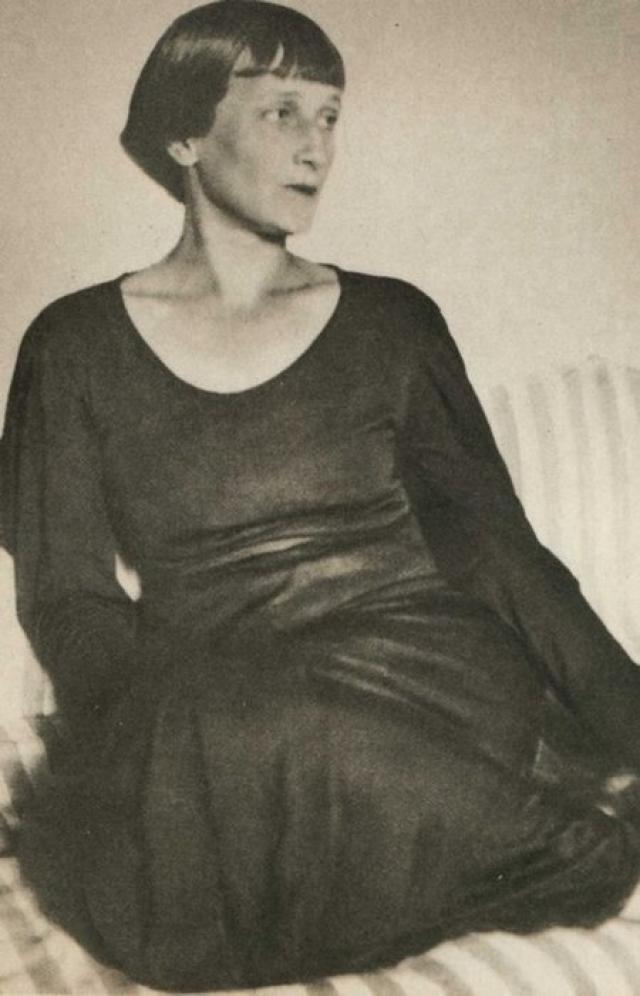 Накануне Февральской революции Борис, с риском для жизни, под пулями, перешел по льду Неву – чтобы сказать Анне, что эмигрирует в Англию. В следующий и последний раз они встретились только в 1965 году, в Париже.