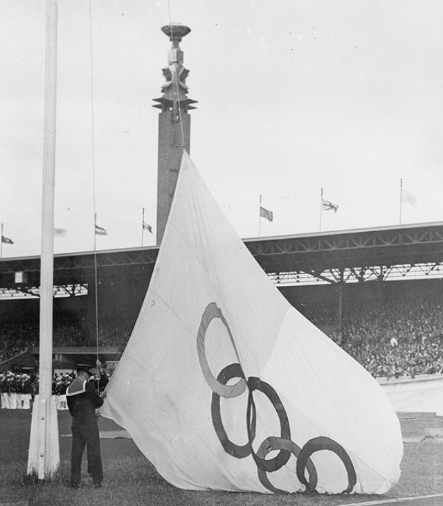 Антверпен-1920. На церемонии открытия торжественно был поднят первый в истории олимпийский флаг с 5 кольцами, но через два дня знамя неожиданно исчезло пропало. Пришлось срочно искать новое полотнище.