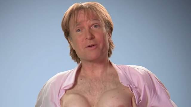 """""""В 1997 я сидел в ресторане в Европе с двумя друзьями и подруга одного из них постоянно хвасталась своей грудью, и я сказал своему другу: """"Если бы у меня была такая же грудь, я мог бы получить столько же внимания, сколько и она"""""""", - рассказал Брайан о том, как родилось это пари."""