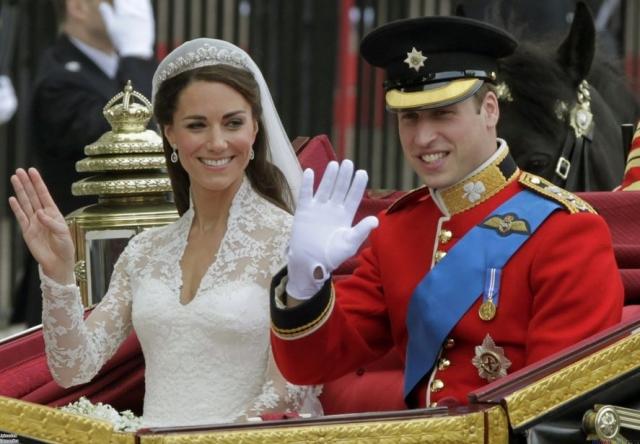 Атласное платье украшал длинный шлейф, а также кружевной лиф ручной работы и кружевные воланы. Наряд Кейт стал также и символическим, так как кружевные аппликации на лифе платья являются символами четырех провинций Великобритании.