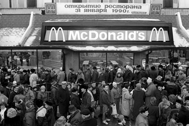 """А это первые дни после открытия первого """"Макдональдса"""" - тогда на Пушкинской площади собралось 30 тыс. человек."""