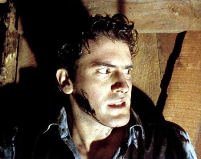 """Брюс Лорн Кэмпелл Больше всего известен как исполнитель роли Эша Уильямса в фильме Сэма Рэйми """"Зловещие мертвецы""""."""