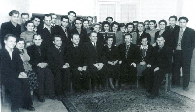 В то время в СССР одновременно три конструкторских бригады во главе с главными конструкторами В.П. Мишиным, М.К. Янгелем и В.Н. Челомеем начали на конкурсной основе проработку проекта пилотируемой экспедиции к Марсу.