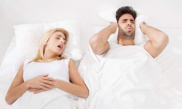 Громкость человеческого храпа может достигать 80 децибел, что сравнимо со сном рядом с работающим отбойным молотком, разрушающим цемент. А уровень шума свыше 85 децибел может повредить слуху.