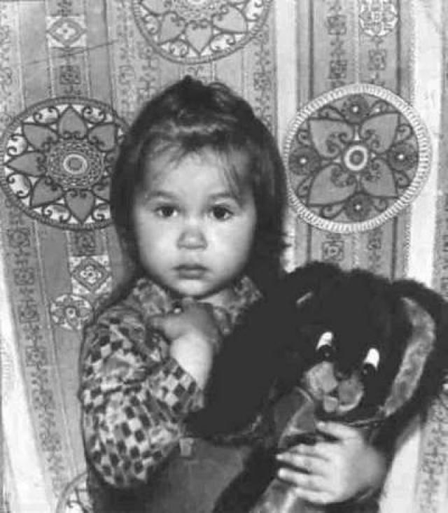 Саша Путря. Девочка развивалась удивительно быстро, удивляя и родителей, и их друзей-художников. С трех лет она хорошо держала в руках карандаш и кисточку, постоянно рисовала, часто засыпала, вся испачканная красками.