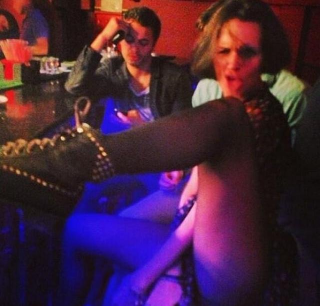 Фото певицы Славы , в изрядном подпитии раздвигающей ноги, опубликовала в Инстаграм ее же подруга.