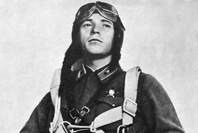 Виктор Талалихин начал воевать уже в советско-финляндскую войну. На биплане сбил 4 вражеских самолета. Затем служил в авиационном училище.