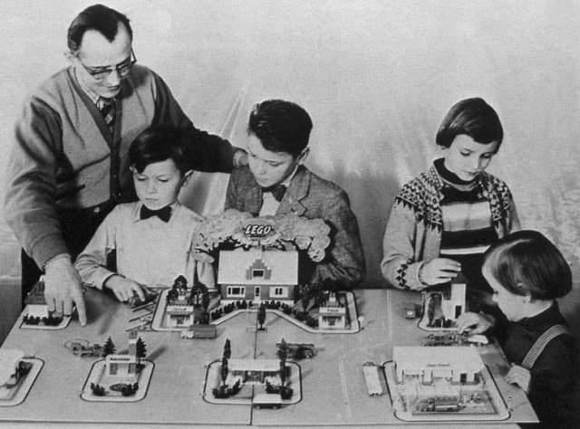 Затем он переключился на деревянные игрушки, которые с 1947 года стали пластмассовыми. Детали можно было соединять при помощи специального дизайна элементов.