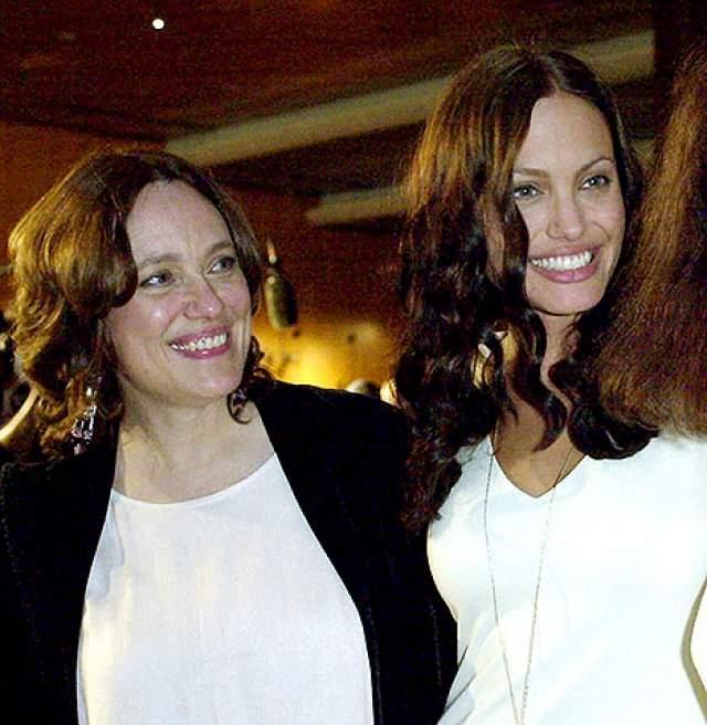 """С отцом Анджелина долгое время не общалась из-за постоянных ссор и обид, а ее мать скончалась от рака яичников в 2007 году в возрасте 56-ти лет. Именно ее смерть вдохновила Джоли на создание фильма """"Лазурный берег""""."""