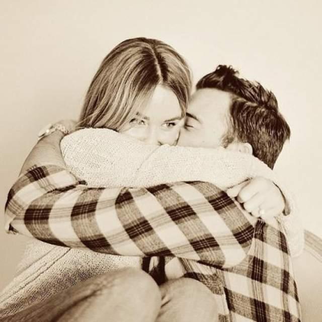 Звезда ТВ - Лорен Конрад , тогда еще - в предвкушении свадьбы с Уильямом Телом , также поделилась на своей странице трогательным фото. Пара воспитывает двоих детей и в браке с 2014 года.