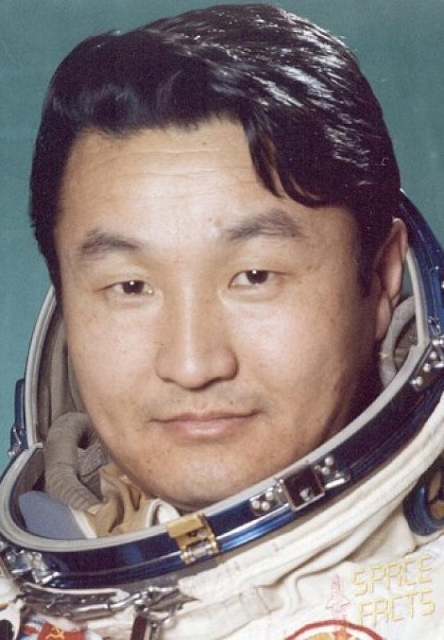 Дублер монгольского космонавта Гуррагча́ был обладателем фамилии Ганхуяг, которую, по настоянию советской стороны, сменил на Ганзориг.