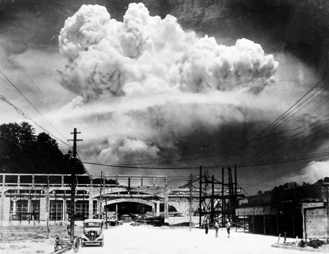 Это вид на облако атомного взрыва в Нагасаки сняли с расстояния в 15 км.