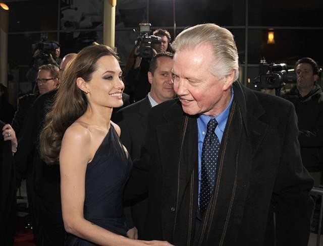 """Проследить успех можно, к примеру, по количеству кинопремий. У Анджелины, как и у Джона, один """"Оскар"""", зато """"Золотых глобусов"""" у нее целых три, а также масса наград столь же или чуть менее престижных."""