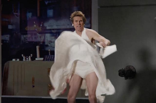 """Уилльям Дефо в образе Мэрилин Монро в рекламе Snickers из серии """"Ты не ты, когда голоден""""."""
