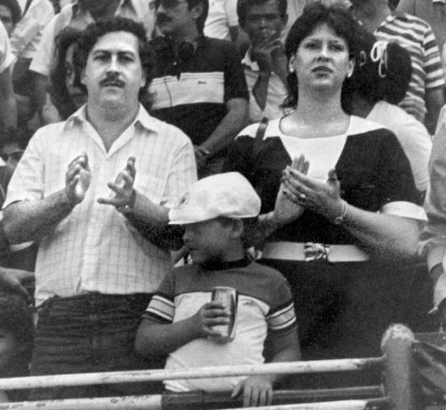 Осенью 1993 года Медельинский кокаиновый картель начал распадаться, но наркобарона больше беспокоила его семья. Эскобар уже больше года не видел ни жену, ни детей. 1 декабря 1993 года Пабло Эскобару исполнилось 44 года. Он знал, что за ним ведётся постоянная слежка, поэтому старался говорить по телефону предельно коротко, чтобы его не «засекли» агенты полиции и спецслужб. На фото: Эскобар с женой и сыном