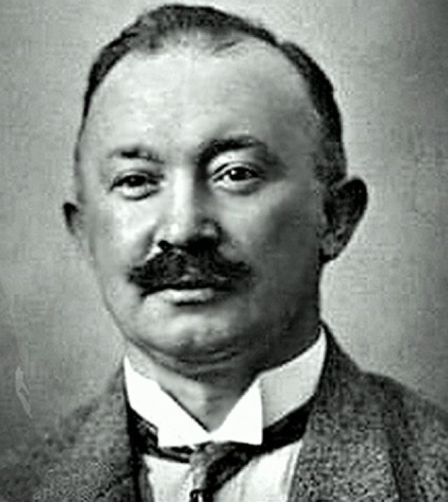 HugoBoss. В 1923 году Хуго Фердинанд Босс основал в Метцингене небольшую швейную фабрику по производству рабочей и спортивной одежды. В 1930 году его предприятие оказалось под угрозой банкротства. 1 апреля 1931 года Хуго Босс вступил в НСДАП (членский номер 508889) и тем самым спас свою фабрику, получив партийный заказ.