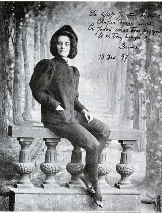 Зинаида Гиппиус. Знаменитая поэтесса была женщиной харизматичной и привлекательной, но одновременно напоминала и мужчину. Она часто носила мужской костюм и некоторые стихи писала от имени мужчины.