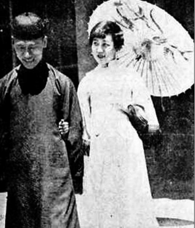 Он дал ей свою фамилию и перевез в Японию, где она воспитывалась в городе Мацумото префектуры Нагано. В 17 лет у Йошико начались проблемы, когда она совершила неудачную попытку самоубийства, после чего вдруг стала одеваться почти исключительно в мужское платье.