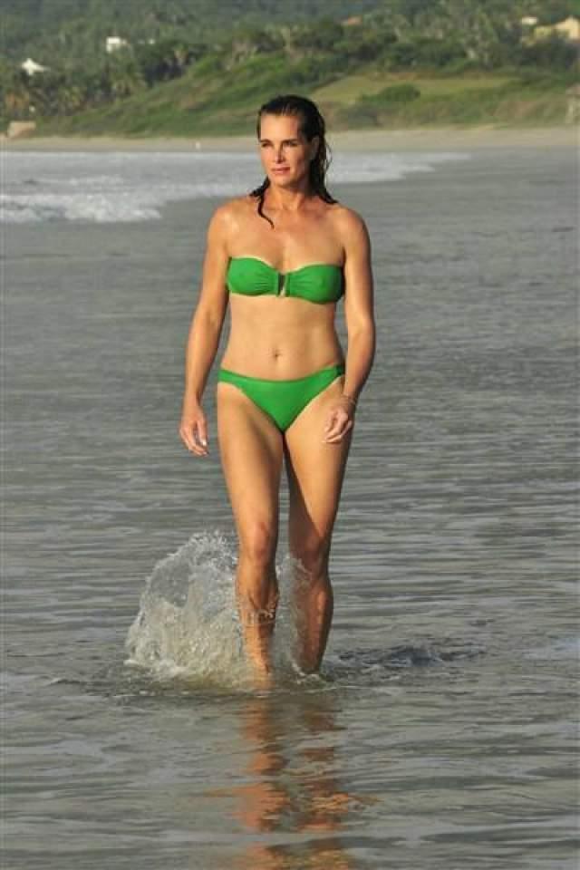 Брук Шилдс в 54 поражает окружающих своим открытым бикини и идеальной фигурой.