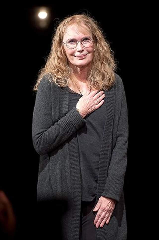 """В последнее десятилетие Фэрроу редко появлялась на большом экране. Однако, в 2006 году ее можно было увидеть в успешном ремейке знаменитого мистического фильма ужасов """"Оме"""". Кроме того, в конце 2006 года вышла сказка Люка Бессона """"Артур и минуты"""", где Миа Фэрроу также играет одну из главных ролей."""