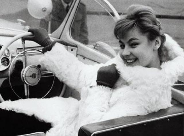 Мила осталась жить в Лондоне. Кто-то говорил, что ей удалось и там пробиться в мир моды, а кто-то считает, что она всего лишь открыла собственный магазинчик. Там же она нашла свое счастье с бизнесменом Дагласом Эдвардсом.