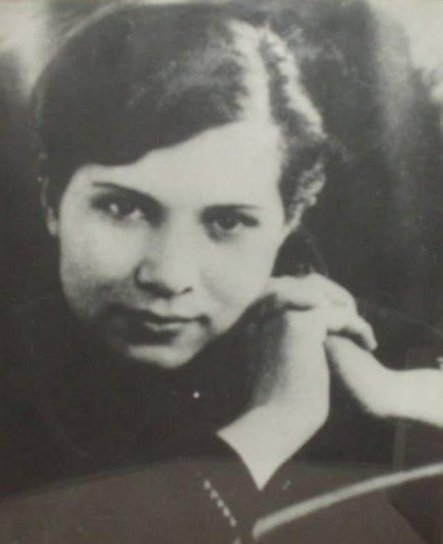 Анна Морозова. 1921-1944. В 1930-х годах в Сеще, где росла Морозова, был построен крупнейший военный аэродром, где работала Анна Морозова бухгалтером. При захвате аэродрома Гитлером ушла вместе с советскими войсками, а после вернулась, - якобы к маме. Осталась работать у фашистов прачкой.