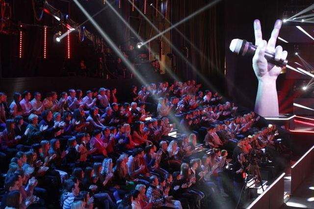 """А вот чтобы попасть на """"Голос"""" в качестве зрителей, необходимо зарегистрироваться на специальных сайтах по набору массовок, выбранные еще и получат за участие в съемках 550 рублей."""