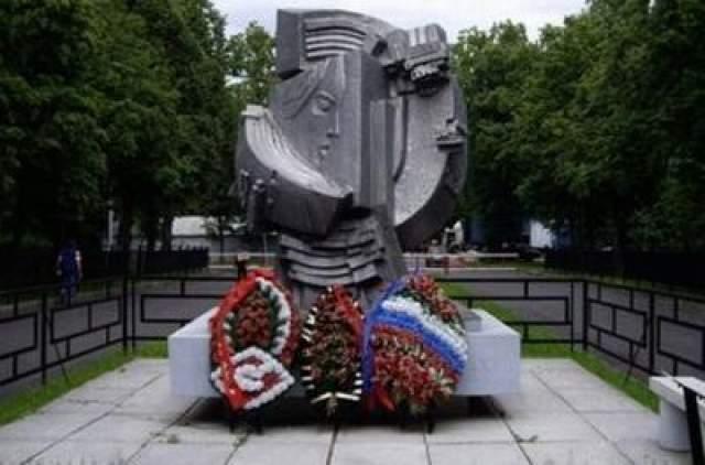 """22 октября 1992 года, к десятилетию со дня трагедии, у западных трибун Лужников был установлен памятник """"Погибших на стадионах мира""""."""
