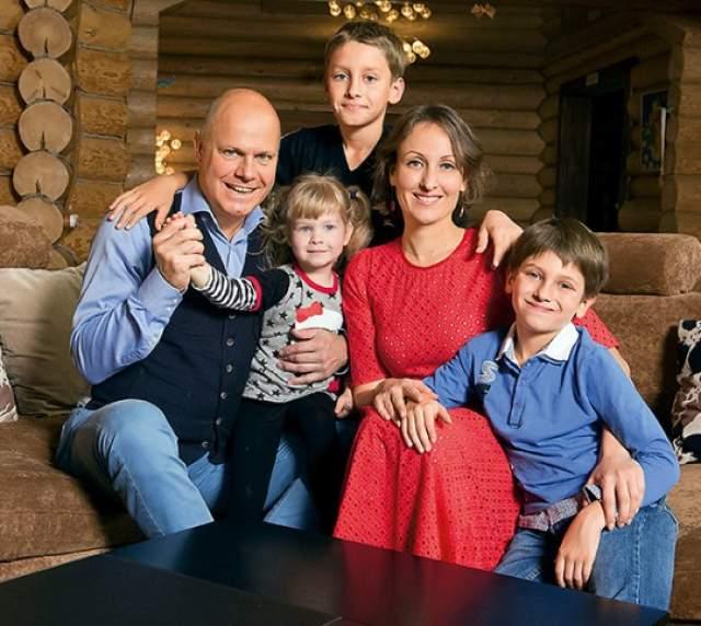 Алексей был старше Амины на 10 лет, к тому же избалованный единственный сын, выходец из столичной интеллигентной семьи. Однако любовь смела все преграды и в 2002 году пара сыграла свадьбу. Для музыканта этот брак стал третьим.