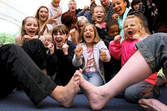 """Чемпионат по борьбе на пальцах ног — тоурестлинг. Борьба на руках уже давно популярна, но ей уже """"наступает на пятки"""" новое зрелищное соревнование."""