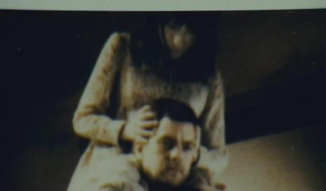 """""""Фантомы"""" . Мало кого оставила равнодушным сцена, когда герой случайно сфотографировал себя и увидел свою бывшую (умершую) подругу у себя же на плечах."""